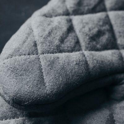 106090201-nicolas-vahe-pajakindad-grey-oven-gloves